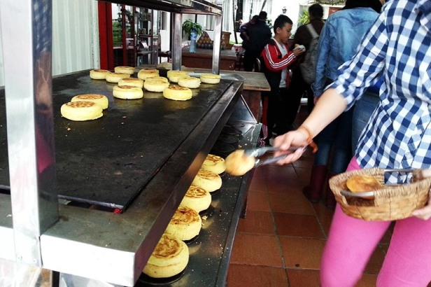 25-village-eating-arepas